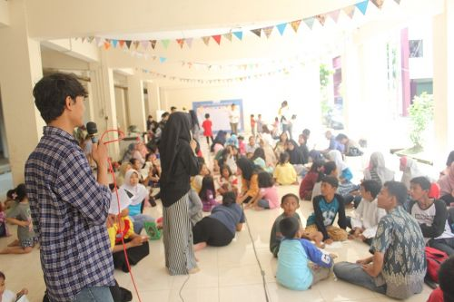 Para relawan Proyatim sedang memberikan materi kepada anak-anak binaan/istimewa
