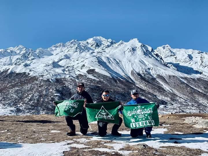 Napak Tilas NU, Belasan Pemuda Kibarkan Bendera di Himalaya