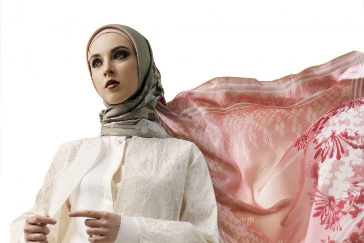Kolaborasi Katonvie dan Itang Yunasz Hadirkan Scarf Hijab Modern dan Gelamor