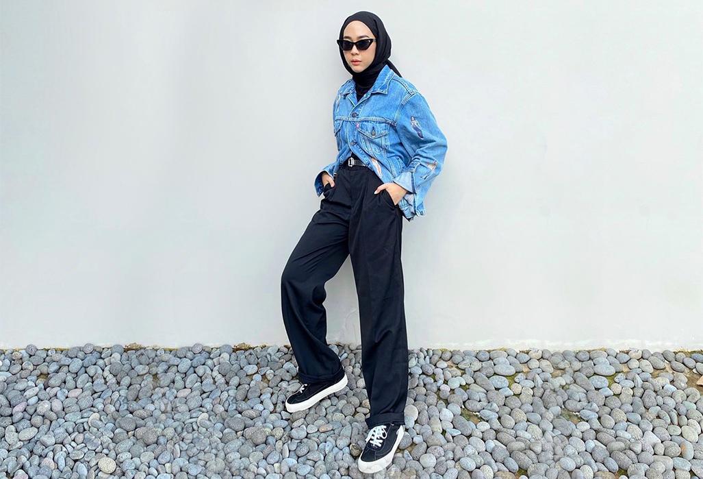 Bergaya <i>Edgy</i> ala Selebgram Hijab @strngrrr