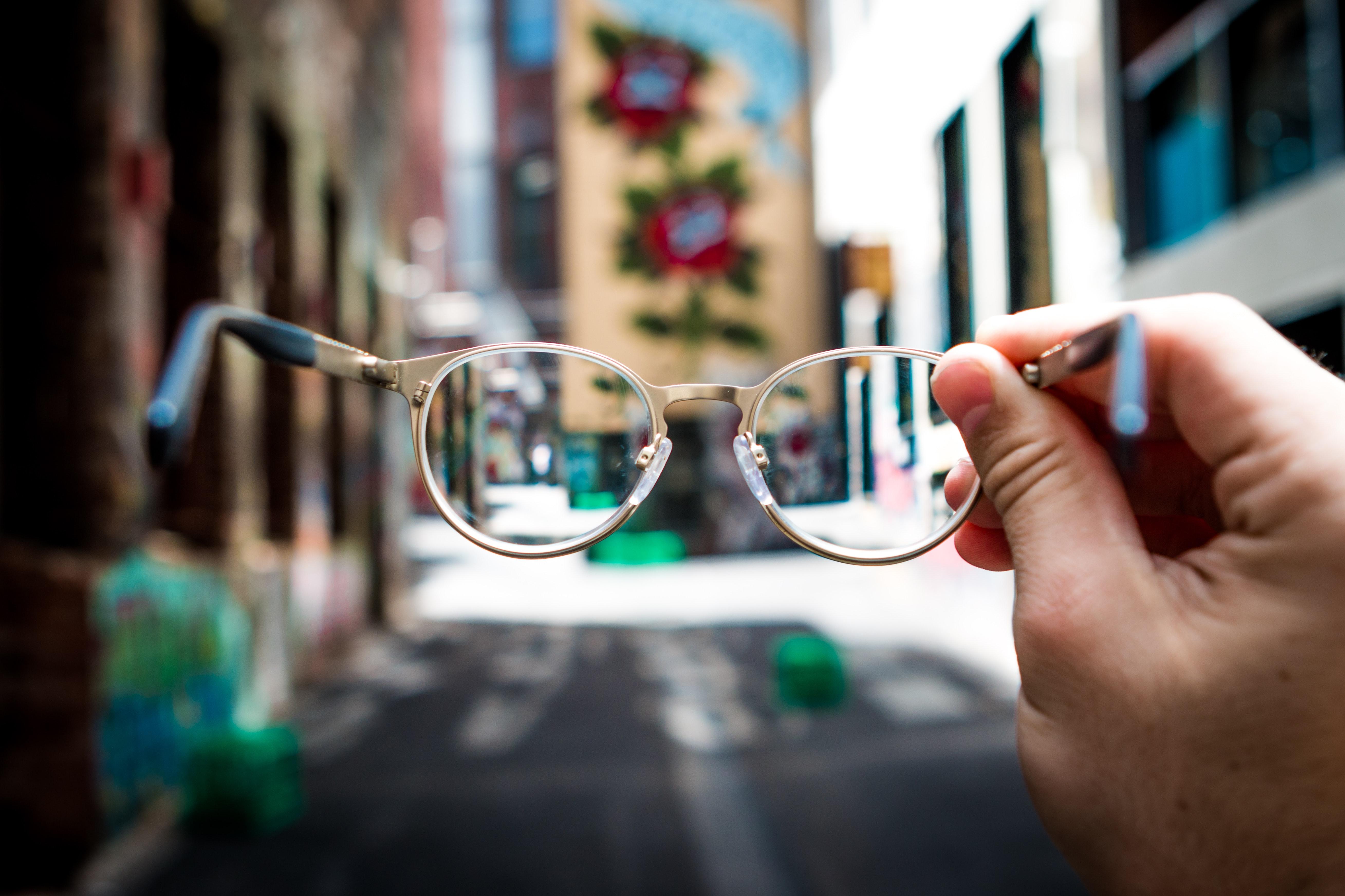 4 Tanda yang Menunjukkan Kamu Butuh Kacamata Baru