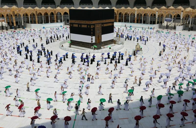 Jemaah Haji Terapkan Jarak Fisik Selama Ibadah