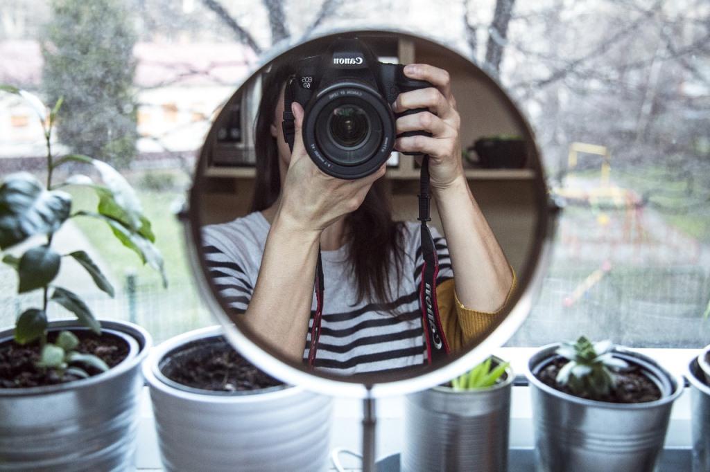 Tips <i>Mirror Selfie</i> ala <i>Influencer</i> yang Bisa Dicoba di Rumah
