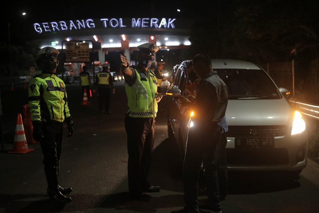 Polisi tengah mengecek kendaraan pribadi yang akan melakukan mudik idulfitri 2020 (1441 H). Foto: MI/Pius Erlangga