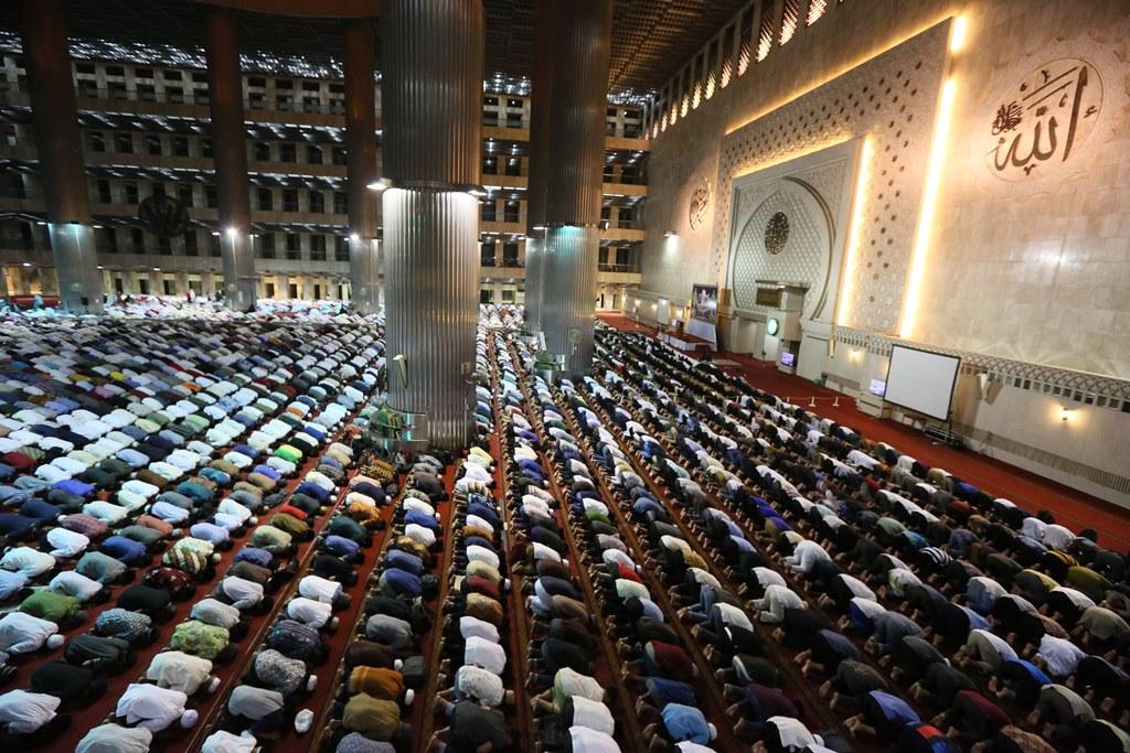 Pemerintah Izinkan Gelar Salat Tarawih dan Idulfitri di Masjid, Tapi..