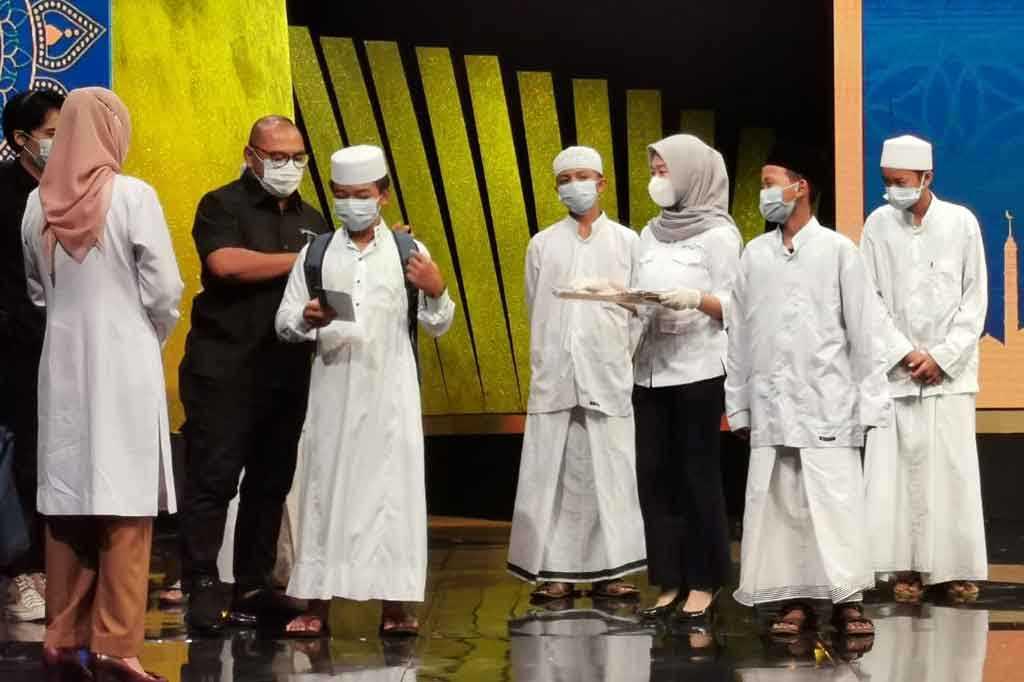 CEO Media Group Mohammad Mirdal Akib saat memberikan santunan kepada anak yatim. (Foto: Dok.medcom.id)