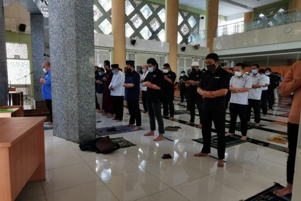 CEO Media Group Mohammad Mirdal Akib memimpin salat gaib di Masjid Nursiah Daud Paloh untuk mendoakan 53 kru KRI Nanggala 402 yang gugur di perairan Bali. (Foto: Dok.Medcom.id)