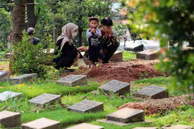 Warga melakukan tradisi ziarah mengunjungi makam dan berdoa di Tempat Pemakaman Umum (TPU) Cijantung, Jakarta Timur (Foto: Adam Dwi/Media Indonesia)