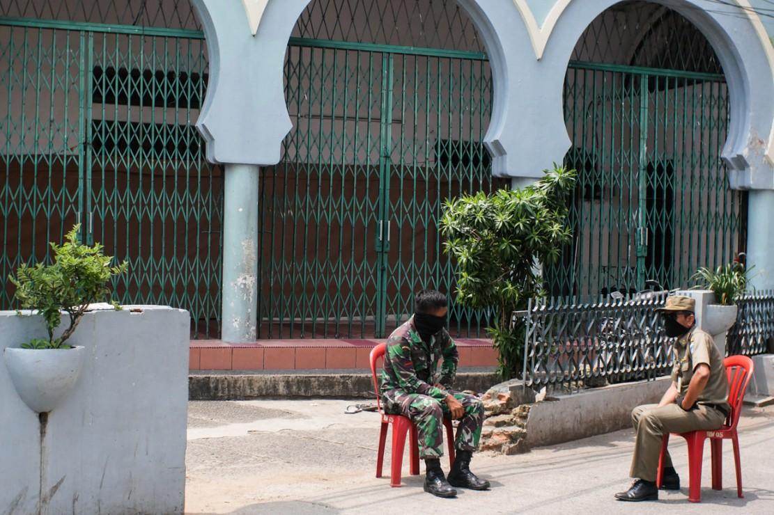 Selama masa karantina, mereka tidak diperkenankan keluar dari area masjid yang telah dijaga aparat gabungan, dari TNI, Polri dan Satpol PP.