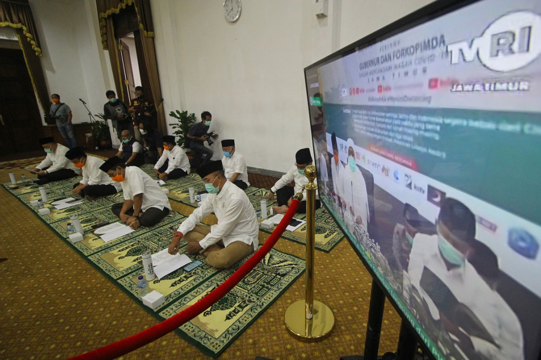 Istigasah yang digelar secara daring dari tiga tempat yakni Gedung Negara Grahadi (Surabaya), Kantor PWNU Jatim (Surabaya) dan Ponpes Lirboyo (Kediri) tersebut untuk mohon agar pandemi Covid-19 segera berakhir. ANTARA Foto/Moch Asim