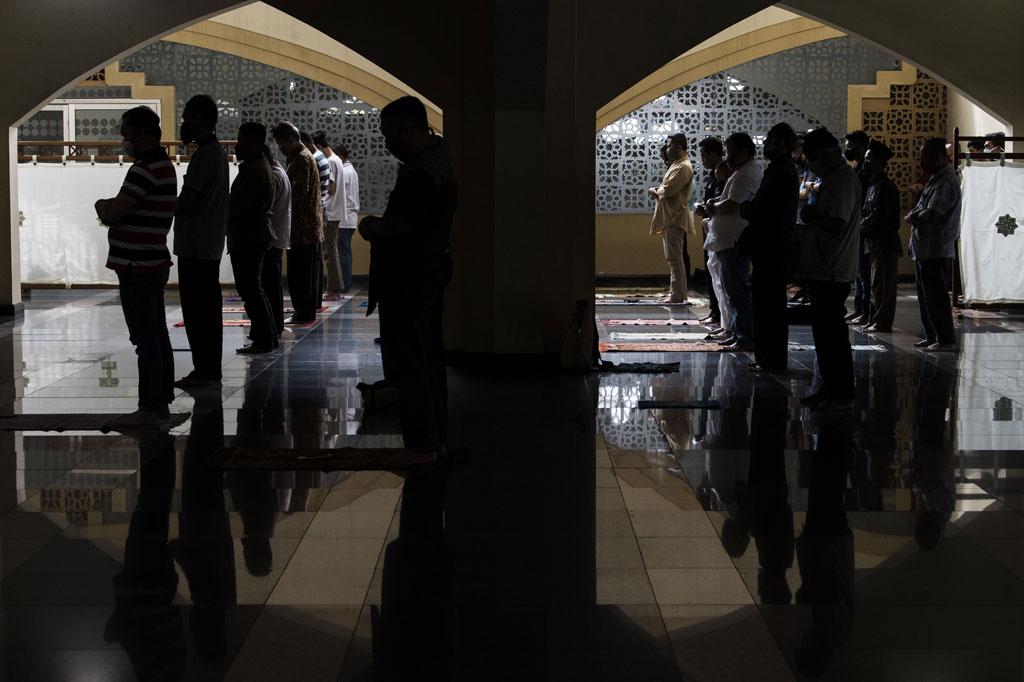 Dia menjelaskan Masjid Pusdai dapat menampung sekitar 4.600 orang namun karena ada pembatasan jamaah guna meminimalkan risiko penularan Covid-19 pada Jumat ini hanya sekitar 1.000 orang yang salat di dalam masjid.