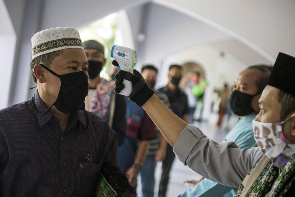 Setiap warga yang memasuki masjid untuk menunaikan salat Jumat, suhu tubuhnya dicek dan tubuhnya disemprot disinfektan oleh pengurus masjid.  Pengurus Masjid Pusdai Bandung belum berencana menyelenggarakan kegiatan yang menghadirkan banyak orang selain